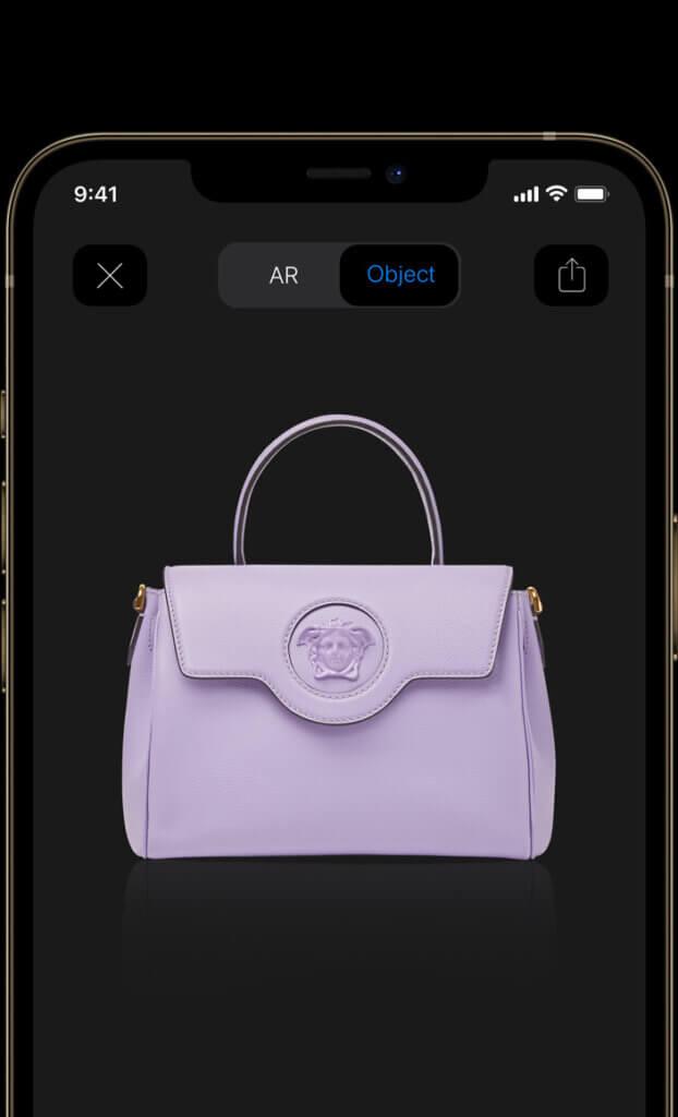 Medusa bag Versace vista con l'augumented reality sul samt phone
